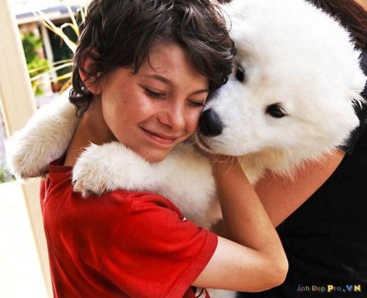 perro blanco con un nene