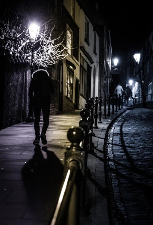 Chico caminando por la calle