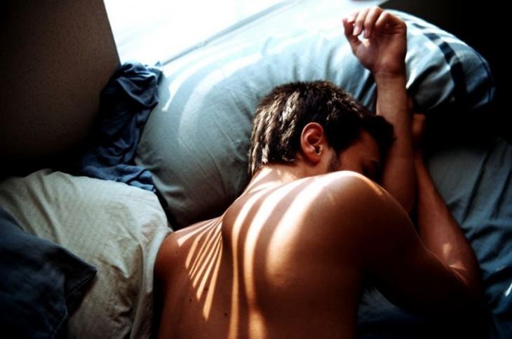 Chico duerme por la mañana