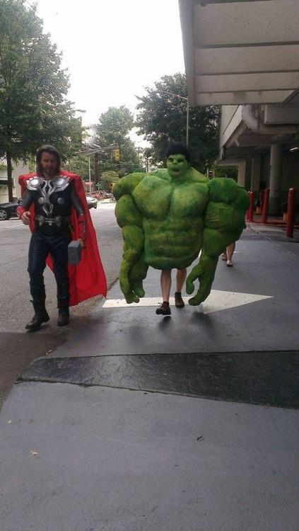 Personas disfrazadas de thor y hulk