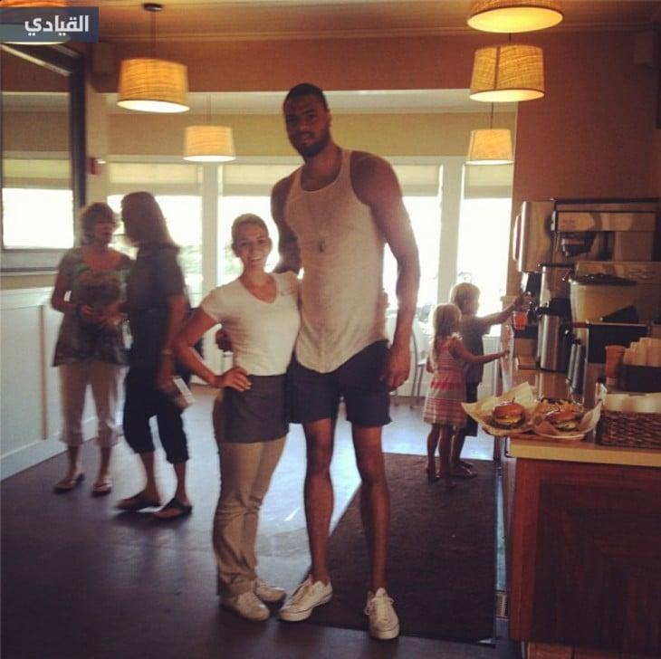 Un atleta famosos con una aficionada