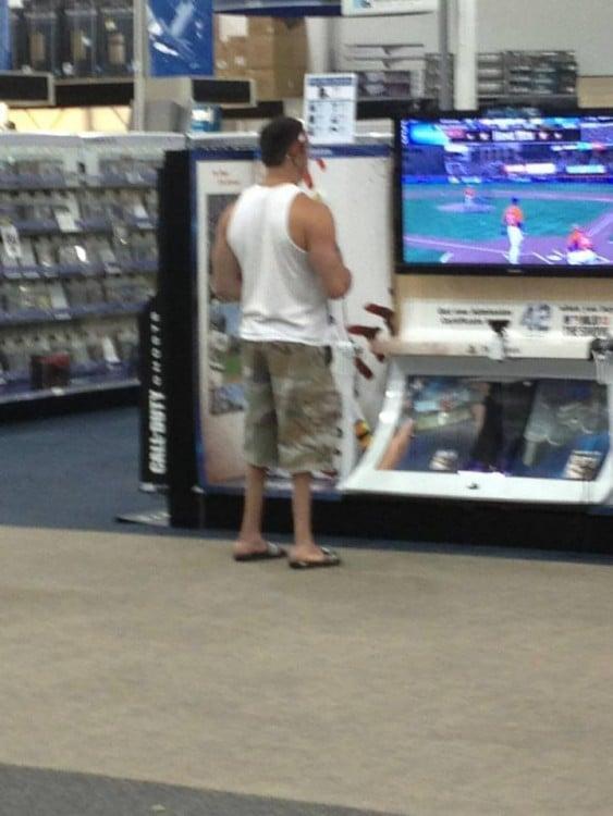 Hombre en un centro comercial