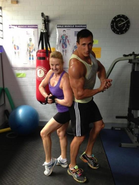 Mujer y hombre posando y mostrando sus músculos