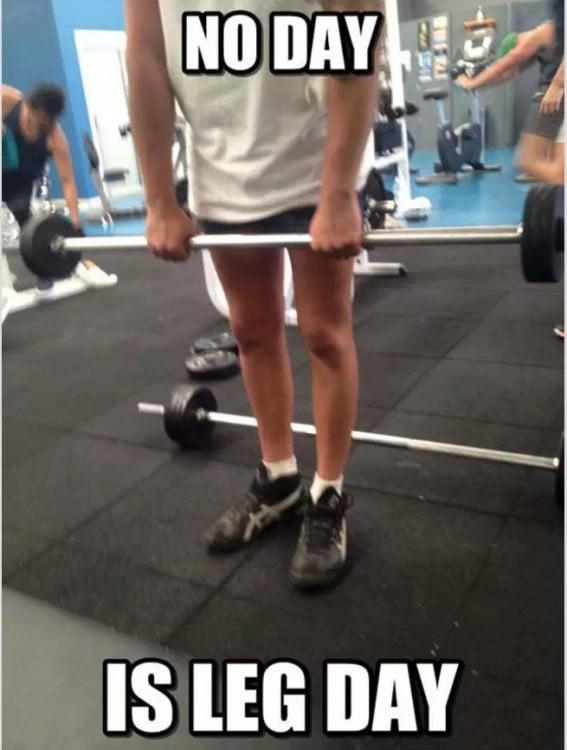 Chico cargando peso en el gym