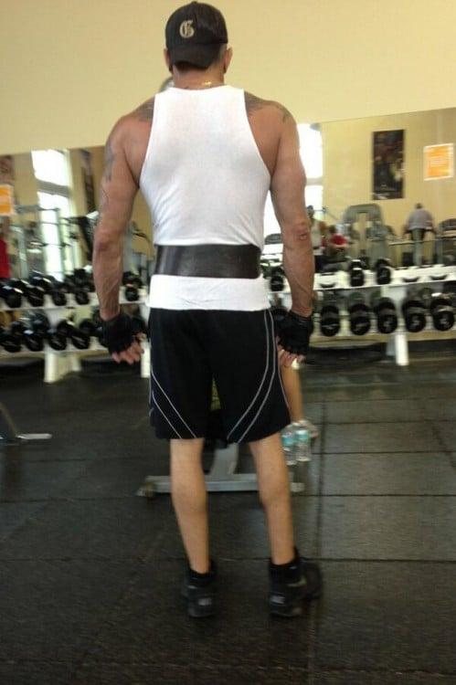 Chico frente a unas pesas