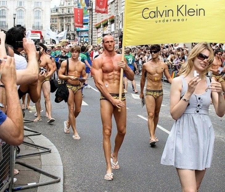 Gente en un desfile