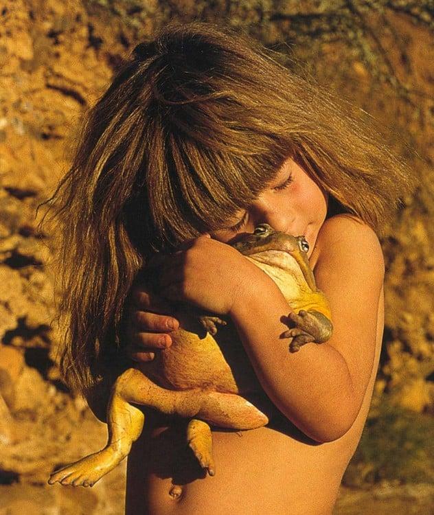 tippi abraza a un sapo gigante con todo su amor