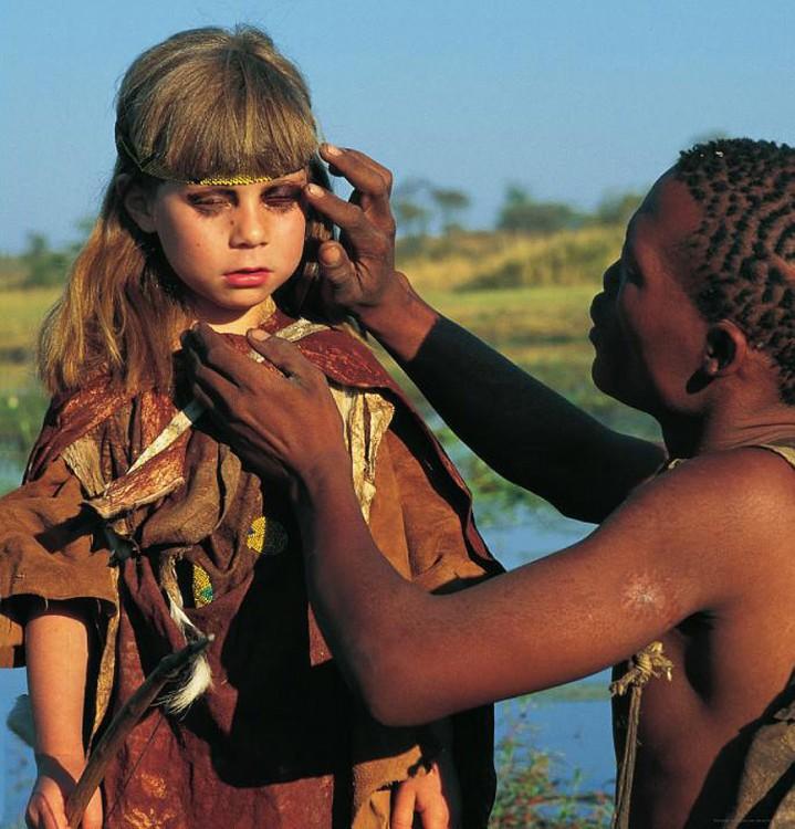indigena africano pintando a tippi en un ritual  de la tribu