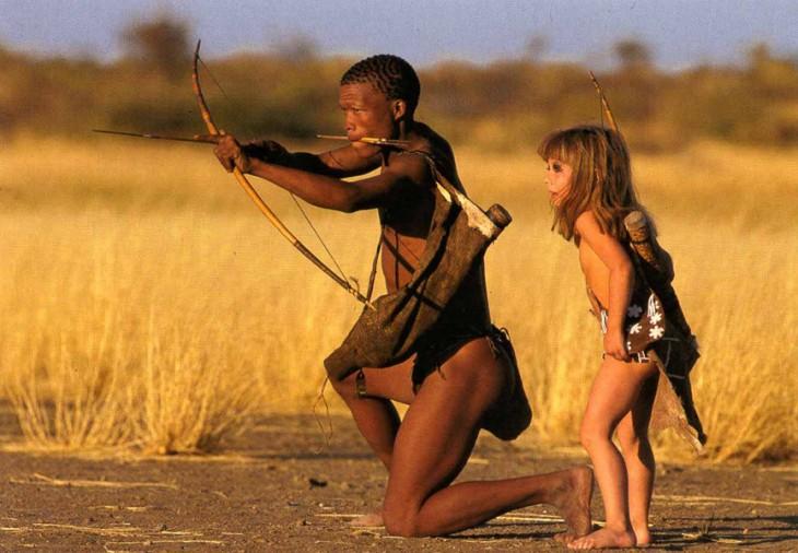 enseñan a tippi a cazar en la selva