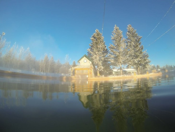 casa con 3 pinos nevados en termas