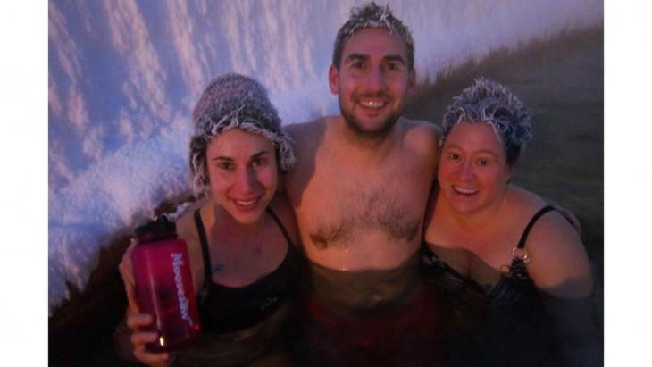 chico con chicas con cabello congelado, Takhini Canadá