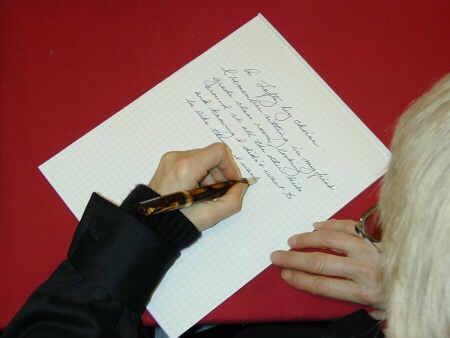 Persona escribiendo con la mano izquierda