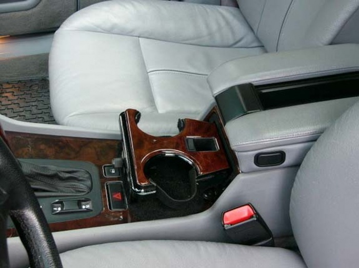 Porta-vasos dentro de un automóvil