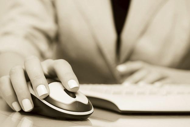 Una mano sosteniendo un mouse