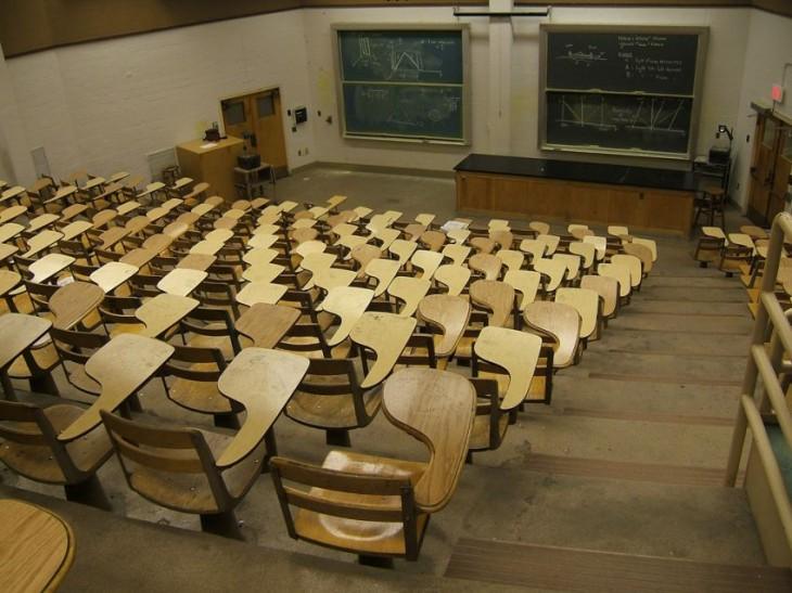 Salón de clases con mesabancos