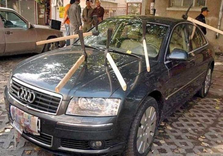 carro con hacas incrustadas en el cofre del carro