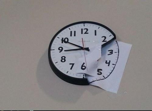 reloj de pared roto pero arreglado con un hoja blanca con numeros pegados en la pared