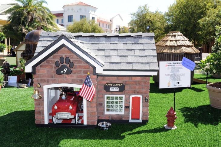 casa para perro con un carro de color rojo y la bandera de estados unidos