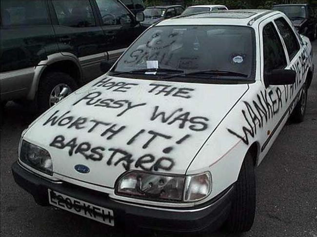 carro blanco con letrero de color negro de bastardo