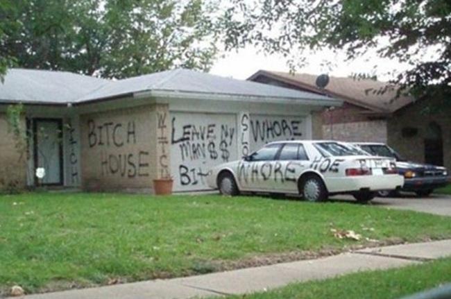 casa y carro con letreros de desprecio para un infiel