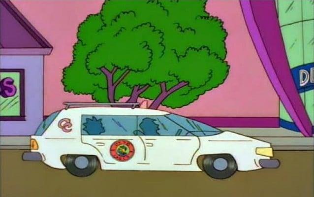 automovil dibujado como caricatura de los simpson