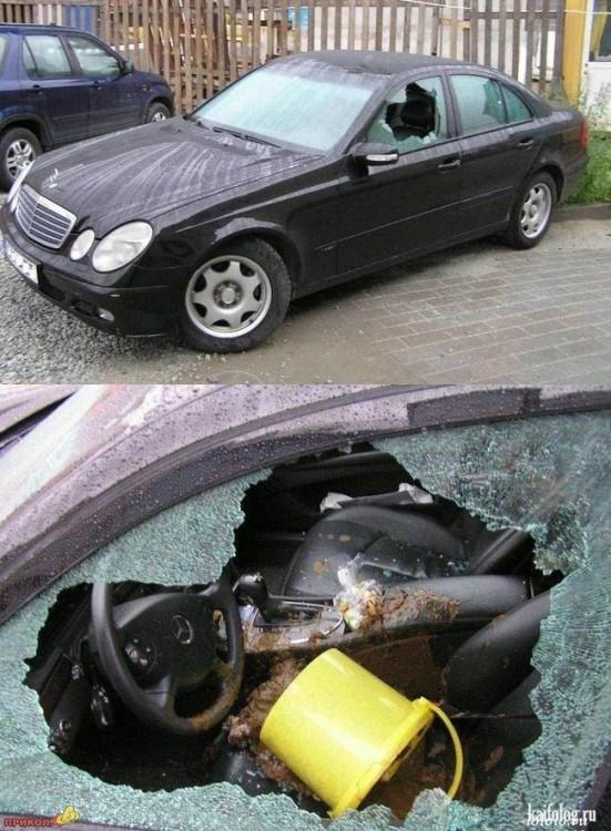 carro negro con los vidrios quebrados