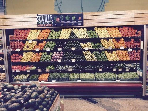 anaquel de verduras muy bien proporrcionado