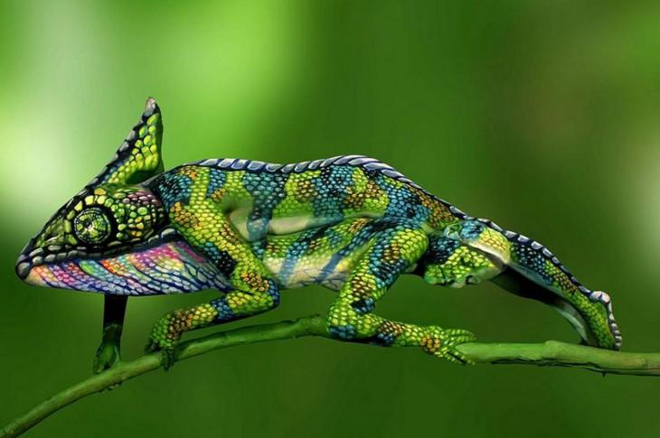 El arte camaleonica de stötter dos mujeres en bodypaint forman un camaleon