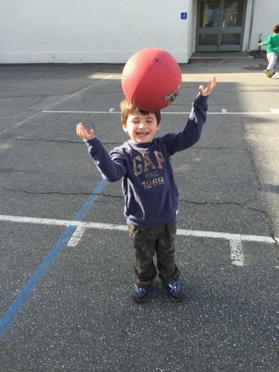 niño le pegan en la cabeza con un balon de basketball