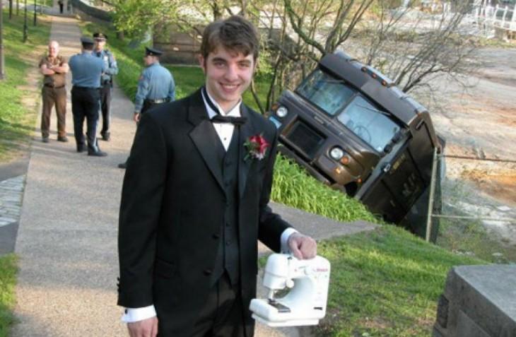 fotos bizarras de la internet chico frente a omnibus desbarrancado