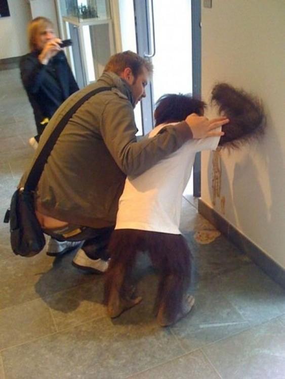 hombre con mono vomitando