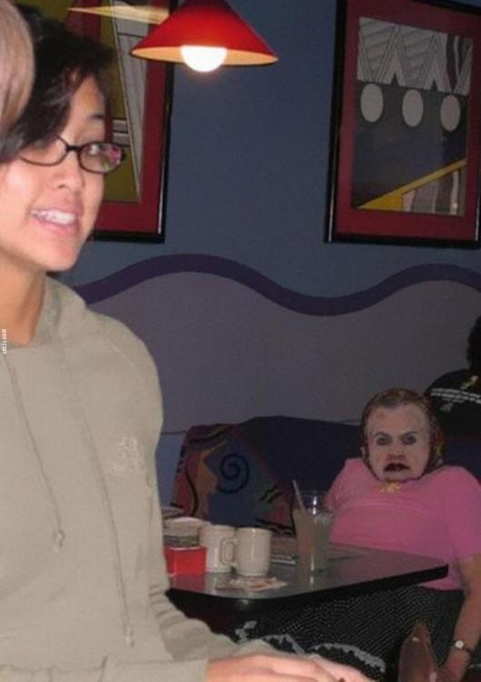 chica con gafas junto a freak