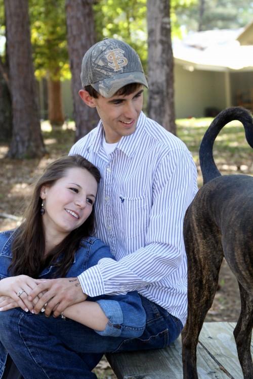 pareja mira amorosamente la cola de un perro