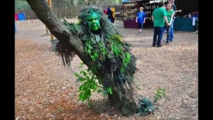 estatua viviente disfrazada de árbol