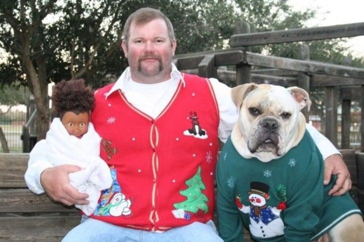 gordo abrazando perro y muñeca negra