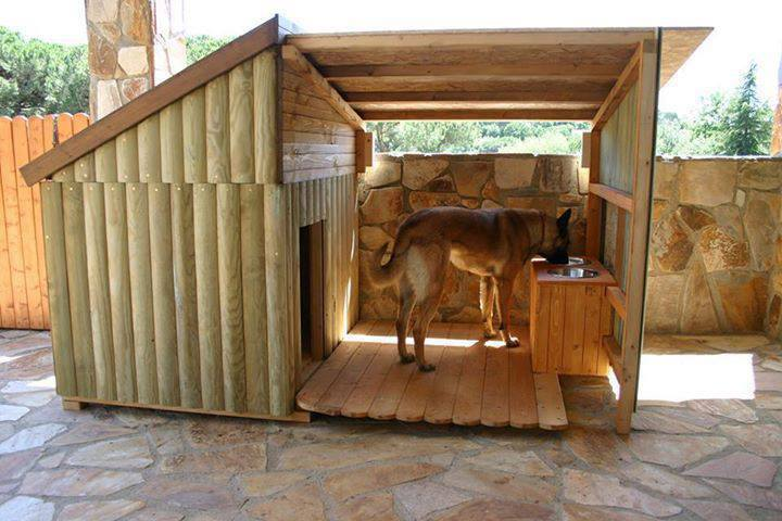 casa para perro en forma de cabaña hecha de madera