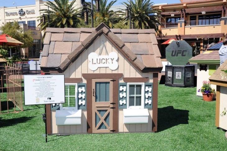 casa deperro con el letrero de lukcy