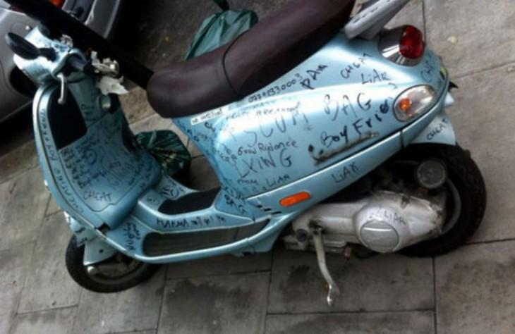 motocicleta con un mensaje que fue escrito con plumon de color negro