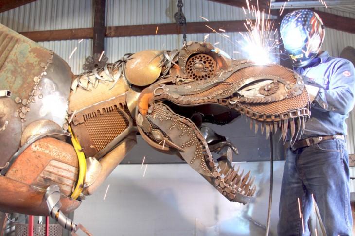 dinosaurio hecho con trozos de metal