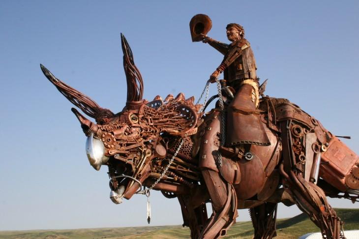 vaquero sobre un dinosaurio hecho de metal