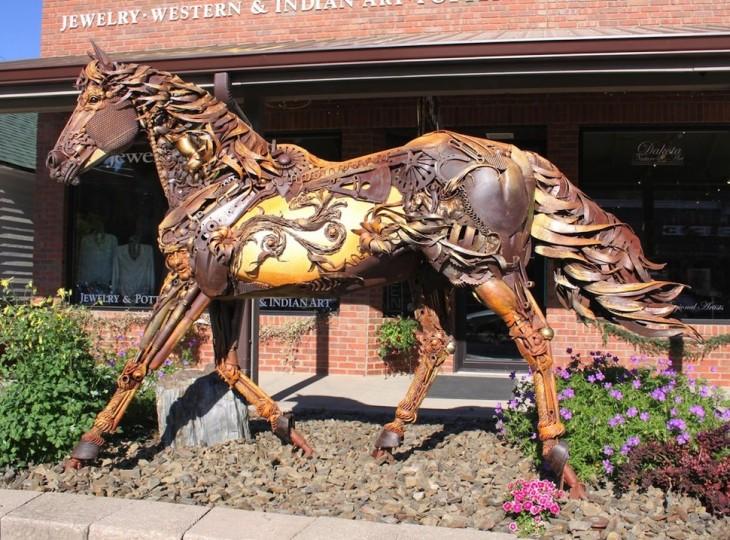 caballo hecho de trozos de metal