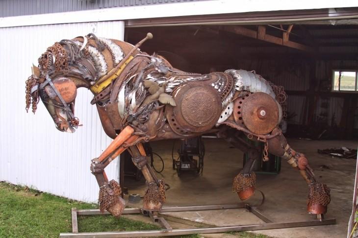 estructura de un caballo hecha de metal