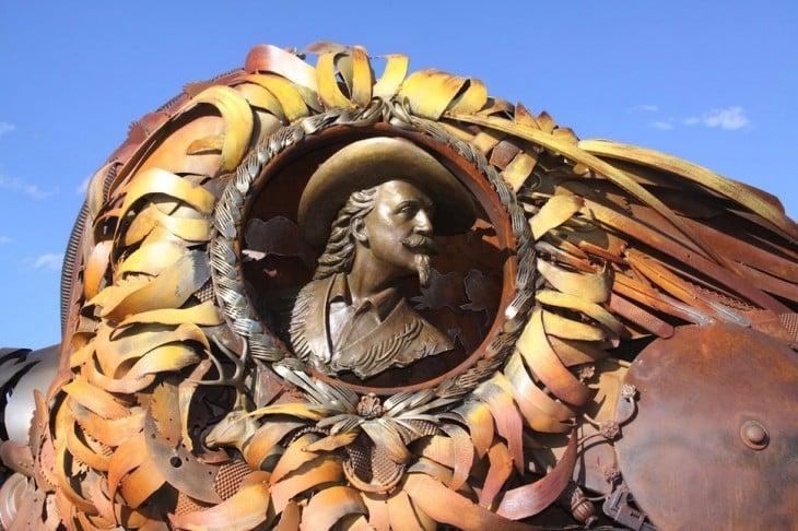 rostro de un hombre hecho con chatarra de metal