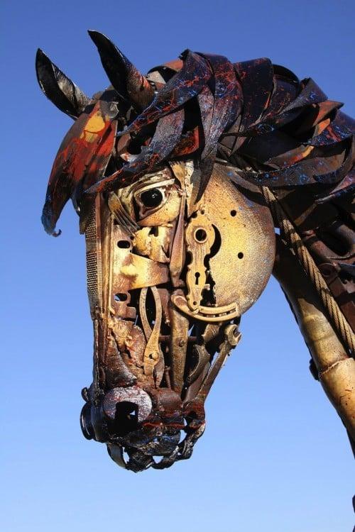 rostro de un caballo hecho de metal