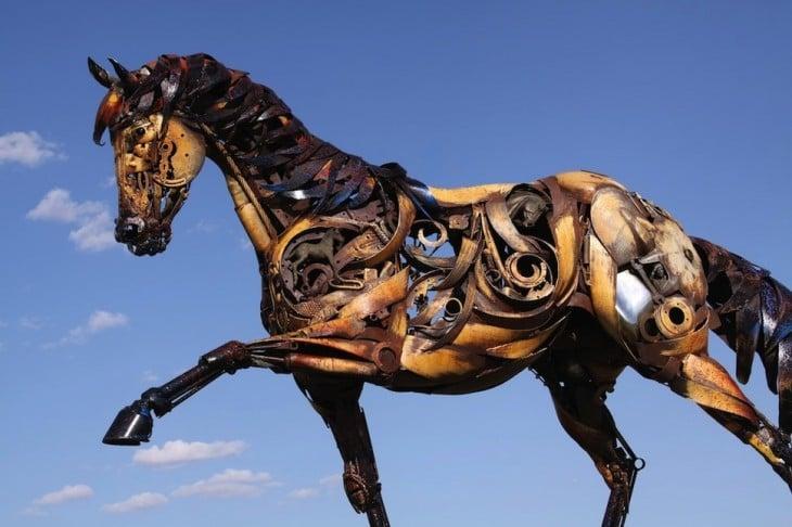 estructura de un caballo hecho con chatarra de metal
