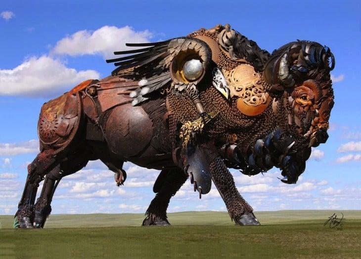 estructura de un búfalo hecha de metal que se encuentra en un jardín