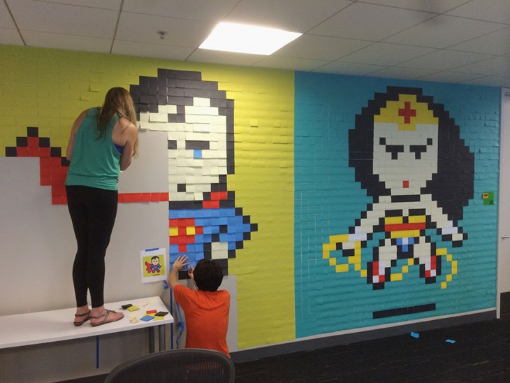 Personas pegando post-it en la pared