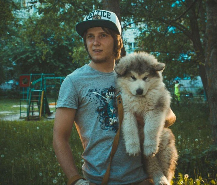 muchacho abrazando a su perro husky
