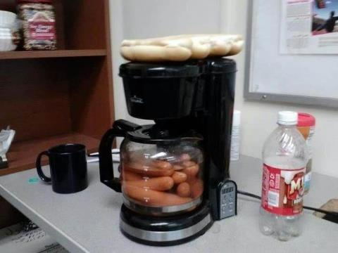 cafetera con salchichas y pan dentro de ella