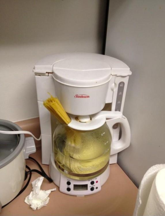 cafetera con espagueti adentro